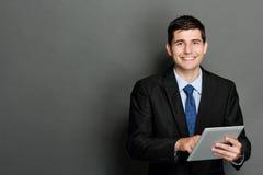 Молодой бизнесмен используя ПК таблетки Стоковые Изображения RF
