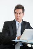 Молодой бизнесмен используя таблетку цифров в офисе Стоковое Фото