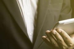 Молодой бизнесмен используя таблетку стоковое фото