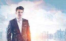 Молодой бизнесмен и город Стоковая Фотография RF