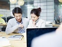 Молодой бизнесмен и женщина работая совместно в офисе Стоковые Изображения RF