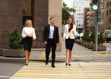 Молодой бизнесмен идя на улицу с их секретаршами Стоковое Изображение