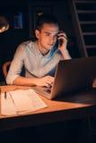 Молодой бизнесмен крепко на работе поздно вечером Стоковые Изображения RF