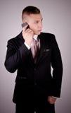 Молодой бизнесмен на телефоне. Стоковые Изображения RF
