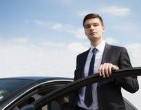 Молодой бизнесмен около автомобиля Стоковые Фото