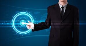 Бизнесмен отжимая высокотехнологичный тип самомоднейших кнопок Стоковые Изображения