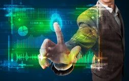 Молодой бизнесмен отжимая современную панель технологии с пальцем p Стоковое фото RF