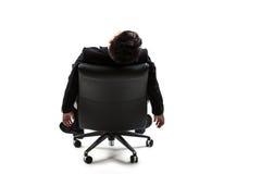 Молодой бизнесмен отдыхая на стуле стоковые фотографии rf