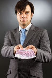 Молодой бизнесмен показывая банкноты евро Стоковое Изображение RF