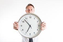 Молодой бизнесмен показывая большие часы Стоковые Фотографии RF
