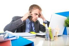 Молодой бизнесмен потревожился утомленный говорить на мобильном телефоне в стрессе страдания офиса Стоковые Фото