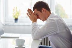 Молодой бизнесмен под стрессом Стоковое Изображение