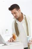 Молодой бизнесмен получая готовый в утре стоковое изображение rf