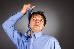 Молодой бизнесмен пробуя повиснуть с связью стоковое изображение rf