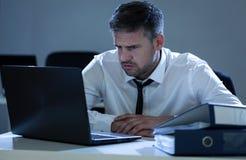 Молодой бизнесмен пробуя разрешить проблему Стоковое фото RF