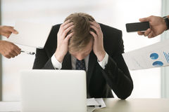 Молодой бизнесмен пряча его голову Стоковая Фотография