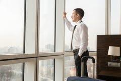 Молодой бизнесмен путешественника смотря в окне стоковое изображение rf
