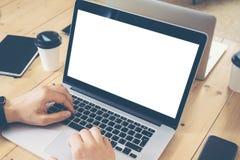 Молодой бизнесмен работая отростчатые рынки запуска дела онлайн торговые Директор по маркетингу используя электронное устройство Стоковые Фото
