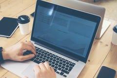 Молодой бизнесмен работая отростчатый рынок запуска дела онлайн торговый Директор по маркетингу используя электронные устройства Стоковое Изображение