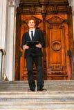 Молодой бизнесмен работая снаружи Стоковые Изображения