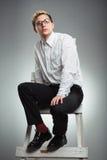 Молодой бизнесмен смотрит в расстояние в лестнице карьеры Стоковая Фотография