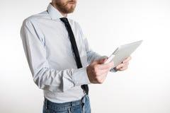 Молодой бизнесмен смотря его таблетку Стоковое Изображение RF