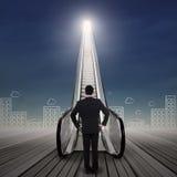 Молодой бизнесмен стоя на эскалаторе бесплатная иллюстрация
