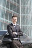 Молодой бизнесмен стоя около его автомобиля Стоковая Фотография RF