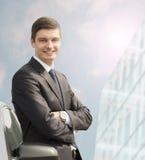 Молодой бизнесмен стоя около его автомобиля Стоковая Фотография