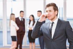 Молодой бизнесмен стоя перед его co Стоковое фото RF