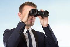 Молодой бизнесмен с бинокулярным стоковое изображение rf