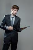 Молодой бизнесмен с компьютером экрана касания Стоковое фото RF