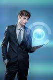 Молодой бизнесмен с компьютером экрана касания Стоковые Изображения