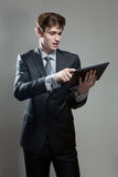 Молодой бизнесмен с компьютером экрана касания Стоковая Фотография