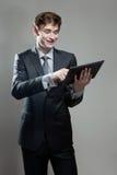 Молодой бизнесмен с компьютером экрана касания Стоковое Изображение
