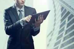 Молодой бизнесмен с компьютером экрана касания Стоковые Фото