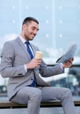 Молодой бизнесмен с кофе и газетой Стоковое фото RF