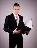 Молодой бизнесмен с папкой Стоковые Изображения