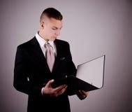 Молодой бизнесмен с папкой Стоковое Фото