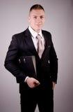 Молодой бизнесмен с папкой Стоковые Изображения RF