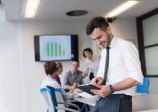 Молодой бизнесмен с таблеткой на конференц-зале офиса Стоковое Фото