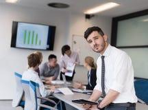 Молодой бизнесмен с таблеткой на конференц-зале офиса Стоковое Изображение RF