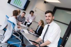 Молодой бизнесмен с таблеткой на конференц-зале офиса Стоковое Изображение
