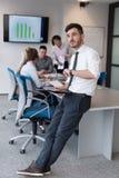 Молодой бизнесмен с таблеткой на конференц-зале офиса Стоковые Фотографии RF