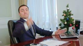 Молодой бизнесмен угрожает незримого оппонента и хочет бросить ручку шарика в шутке, но время рождества сток-видео