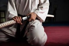 Молодой боец боевых искусств с katana Стоковая Фотография