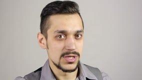 Молодой бородатый бизнесмен указывая палец на камеру акции видеоматериалы