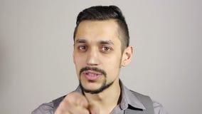Молодой бородатый бизнесмен указывая палец на камеру сток-видео