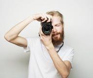 Молодой бородатый фотограф Стоковые Изображения