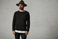 Молодой бородатый человек в шляпе и пустой черной рубашке Стоковое фото RF
